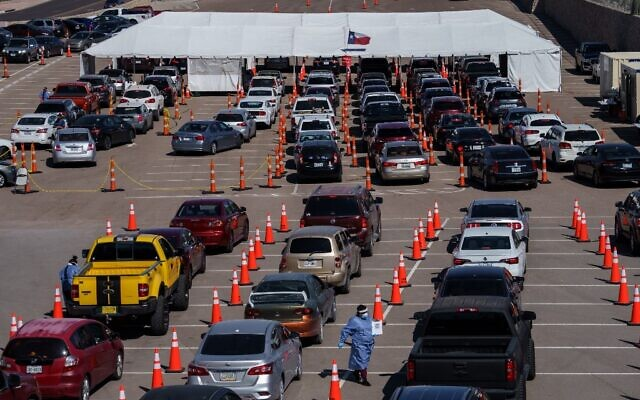 Cars line up for Covid-19 tests at the University of Texas El Paso on October 23, 2020 in El Paso, Texas (Paul Ratje / AFP)
