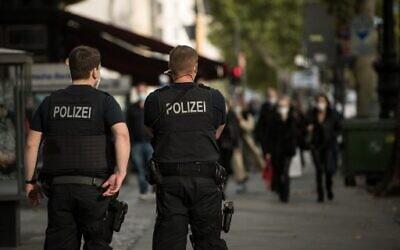 Illustrative: Police officers of Germany's Federal Police patrol a popular shopping street in Berlin, October 24, 2020. (STEFANIE LOOS / AFP)