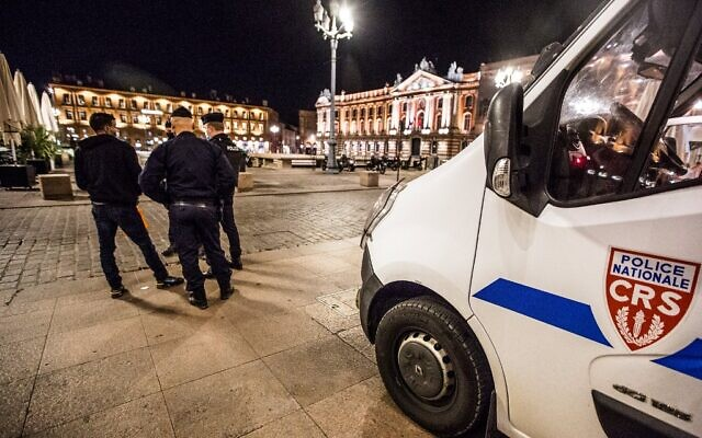 Members of the French National police, patrol on the place du Capitole, in Toulouse southwestern France, on October 24, 2020. (Fred SCHEIBER / AFP)