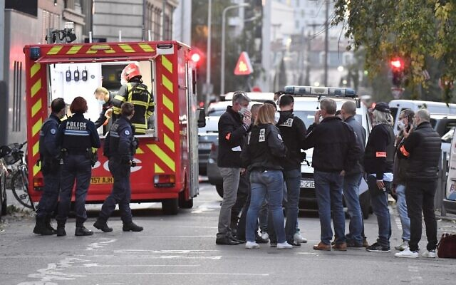 Security and emergency personnel in Lyon, at the scene where, according to a police source, an attacker armed with a sawn-off shotgun wounded an Orthodox priest in a shooting before fleeing; October 31, 2020. (PHILIPPE DESMAZES / AFP)