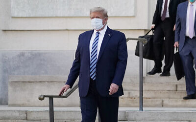 US President Donald Trump walks out of Walter Reed National Military Medical Center to return to the White House after receiving treatments for covid-19, Monday, Oct. 5, 2020, in Bethesda, Md. (AP Photo/Evan Vucci)