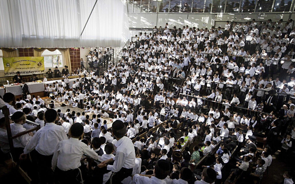 Ultra-orthodox Jews from the Vishnitz dynasty attend an event in a sukkah in Bnei Brak on October 12, 2014 (Dror garti/FLASH90)