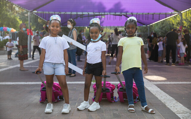 First grade students arrive, on their first day of school, at the Tali Geulim school in Jerusalem, on September 1, 2020. (Noam Revkin)