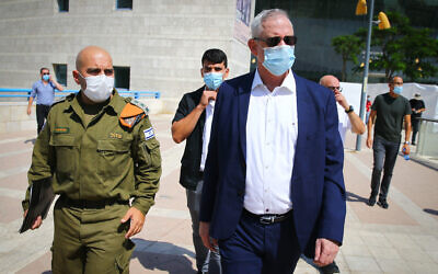 Defense Minister Benny Gantz speaks to IDF Home Front Command soldiers during a visit in the southern Israeli city of Ashdod. September 14, 2020. (FLASH90)