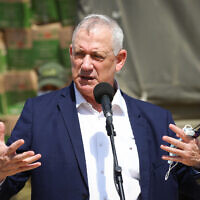 Defense Minister Benny Gantz speaks to IDF Home Front Command soldiers, during a visit int the Southern city of Ashdod. September 14, 2020. (FLASH90)