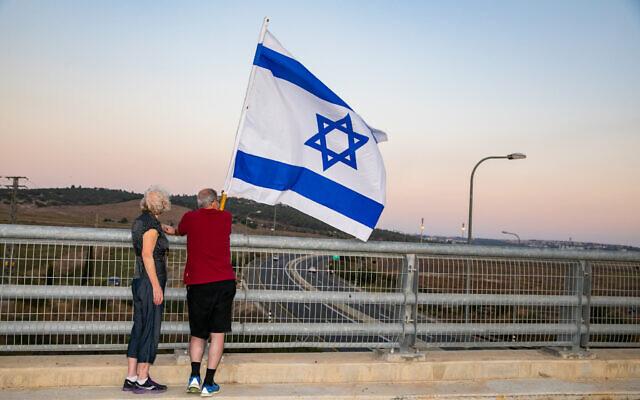 Israelis protest against Prime Minister Benjamin Netanyahu at a bridge in Jezreel Valley on September 26, 2020 (Anat Hermony/Flash90)
