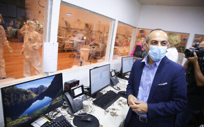 Ronni Gamzu visits the coronavirus unit at Ziv Hospital in Safed on September 27, 2020. (David Cohen/FLASH90)