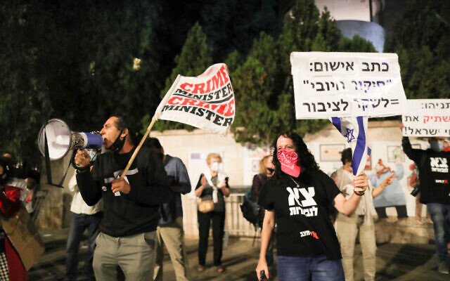 People protest against Prime Minister Benjamin Netanyahu outside his official residence in Jerusalem on October 03, 2020 (Yonatan Sindel/Flash90)