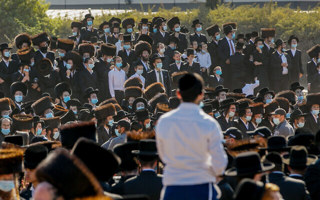 Haredi Jews attend the funeral of the Pittsburgher Rebbe Mordechai Leifer in the Israeli city of Ashdod on October 5, 2020. (Flash90)