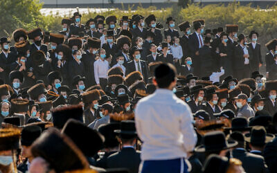 Ultra-Orthodox Israelis attend the funeral of Pittsburgh Rebbe Mordechai Leifer in the city of Ashdod on October 5, 2020 (Flash90)