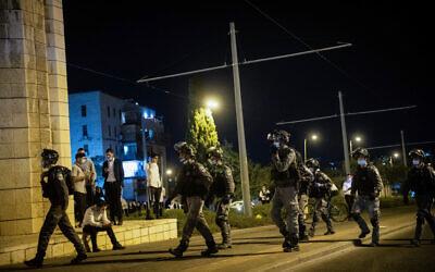 Police officers in the ultra-Orthodox Jerusalem neighborhood of Mea Shearim, October 5, 2020 (Yonatan Sindel/Flash90)