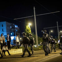 Police officers enforcing a coronavirus lockdown, seen outside the ultra-Orthodox neighborhood of Mea Shearim, Jerusalem, October 5, 2020. (Yonatan Sindel/Flash90)