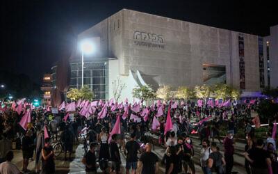 Protesters against Prime Minister Benjamin Netanyahu in Tel Aviv on October 6, 2020 (Miriam Alster/Flash90)
