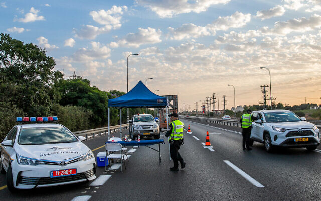Police at a temporary roadblock to enforce the national coronavirus lockdown on Highway 40, October 9, 2020 (Yossi Aloni/Flash90)