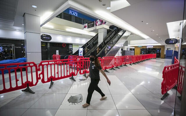 The Hadar shopping mall in Jerusalem where most stores remain closed due to restrictions taken to prevent the spread of the coronavirus on October 12, 2020 (Olivier Fitoussi/FLASH90)