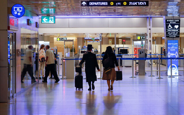 Travelers at Ben Gurion International Airport, during a nationwide lockdown, October 12, 2020. (Olivier Fitoussi/FLASH90)