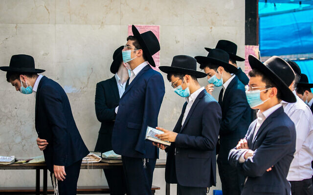 Ultra Orthodox Jews praying in the  town of Bnei Brak on October 14, 2020 (Yossi Aloni/Flash90)