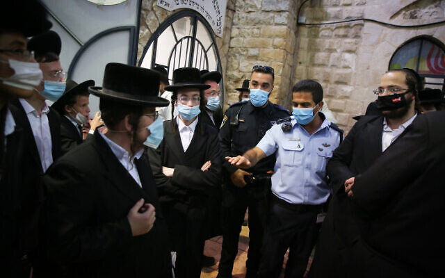 Israeli police argue with ultra-Orthodox worshippers in Miron on October 15, 2020. (David Cohen/FLASH90)