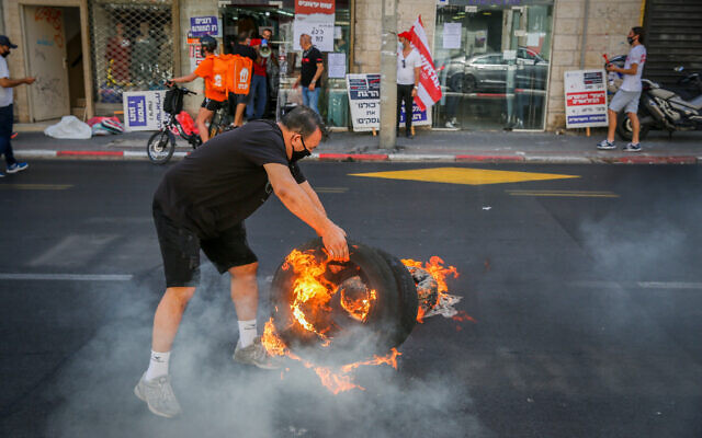 Business owners protest against the on going nationwide closure in Tel Aviv on October 15, 2020. (Flash90)