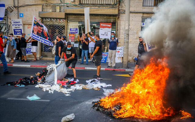 Business owners protest against the ongoing nationwide closure in Tel Aviv on October 15, 2020. (Flash90)