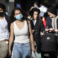 People wearing face masks walk in downtown Jerusalem on October 15, 2020, during a nationwide lockdown. (Olivier Fitoussi/Flash90)