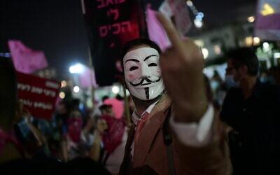 Israelis protest against Prime Minister Benjamin Netanyahu at Habima square in Tel Aviv, on October 15, 2020. (Tomer Neuberg/Flash90)