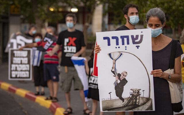 Israelis protest against Prime Minister Benjamin Netanyahu in Jerusalem's Beit Hakerem neighborhood on October 17, 2020. (Olivier Fitoussi/Flash90)
