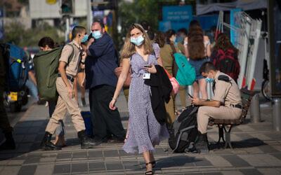 Israelis wear protective face masks in Tel Aviv, on October 18, 2020. (Miriam Alster/FLASH90)