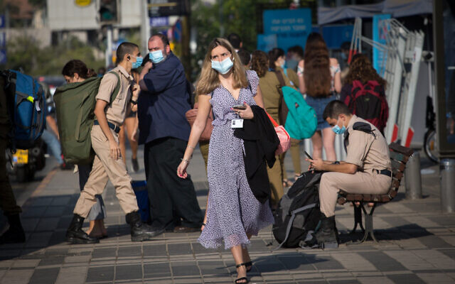 Israelis wear protective face masks in Tel Aviv, on October 18, 2020. (Miriam Alster/FLASH90)