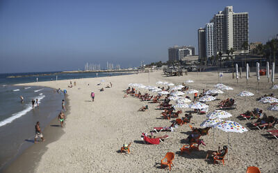 Israelis on the beach in Tel Aviv on October 18, 2020. (Miriam Alster/FLASH90)