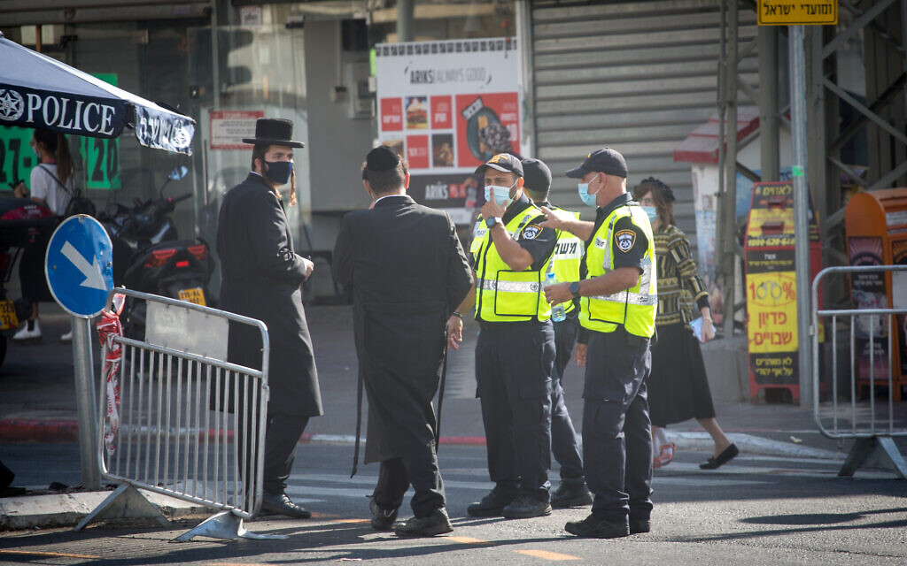 Policemen at a checkpoint to the ultra-Orthodox city of Bnei Brak on October 18, 2020. (Miriam Alster/Flash90)