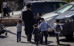 Ultra-Orthodox kids make their way back home from a Talmud Torah in Jerusalem, October 18, 2020. (Yonatan Sindel/Flash90)