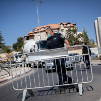 Police guard at a temporary checkpoint in the entrance to the neighborhood of Ramat Shlomo in Jerusalem, in order to prevent the spread of the coronavirus, on October 18, 2020. (Yonatan Sindel/Flash90)