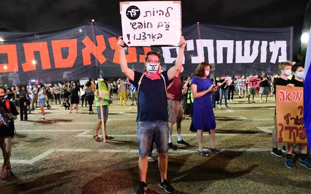 Hundreds attend a protest against Prime Minister Benjamin Netanyahu at Rabin Sqaure in Tel Aviv on October 24, 2020 (Avshalom Sassoni/Flash90)