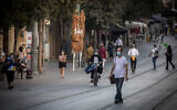 People on Jaffa Street in downtown Jerusalem on October 26, 2020. (Yonatan Sindel/Flash90)