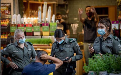 Border Police officers enforce the emergency coronavirus regulations in downtown Jerusalem on October 28, 2020. (Nati Shohat/Flash90)