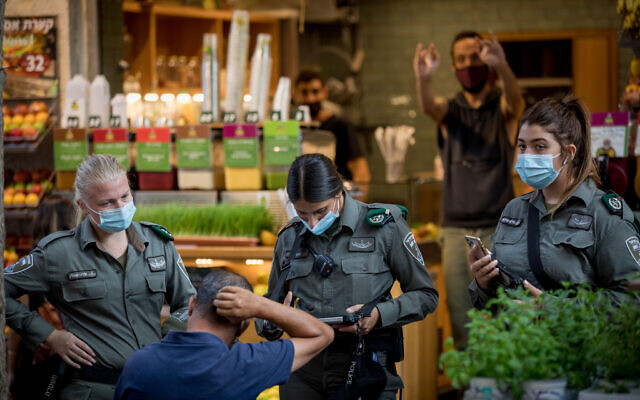 Border Police officers enforce the emergency coronavirus regulations in downtown Jerusalem on October 28, 2020. (Nati Shohat/Flash90)