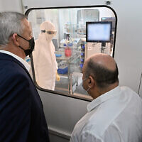 Defense Minister Benny Gantz visits a laboratory in the Israel Institute for Biological Research on October 25, 2020. (Defense Ministry)