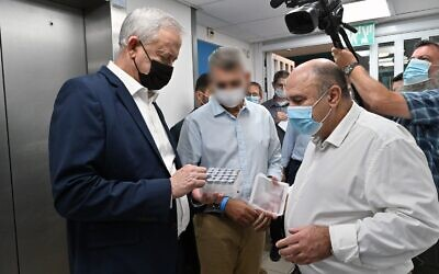 Defense Minister Benny Gantz, left, speaks with the director of the Institute of Biological Research, Prof. Shmuel Shapira, at the laboratory in Ness Ziona on October 19, 2020. (Ariel Hermoni/ Defense Ministry)