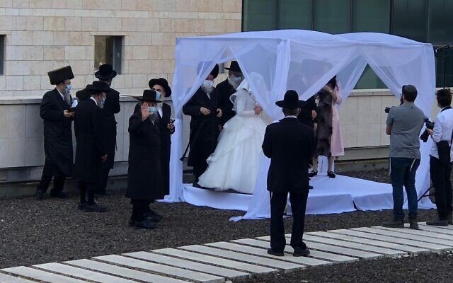 A couple marry at Jerusalem's Hadassah Ein Kerem Hospital, where the groom's father was hospitalized with COVID-19, October 18, 2020 (Avi Hayon via Hadassah Ein Kerem Hospital)
