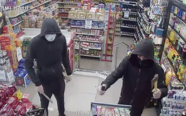 A pair of suspects rob a supermarket in Holon on October 9, 2020. (Screen capture/Channel 12)