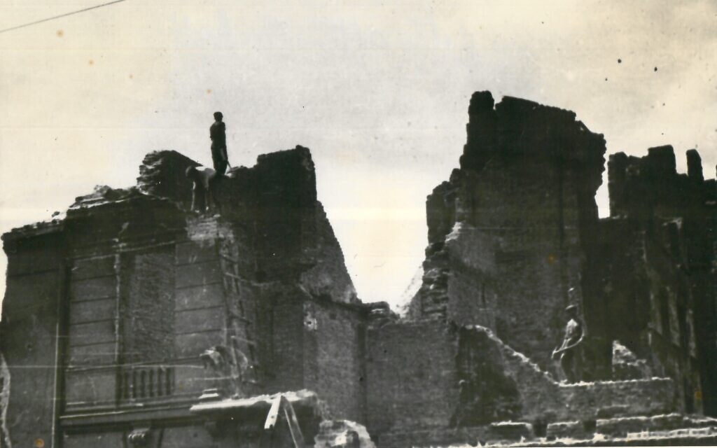The ruins of the Warsaw Ghetto at Lezsno 42 Street, photographed by Stefan Bałuk. (Wiener Holocaust Library Collections)