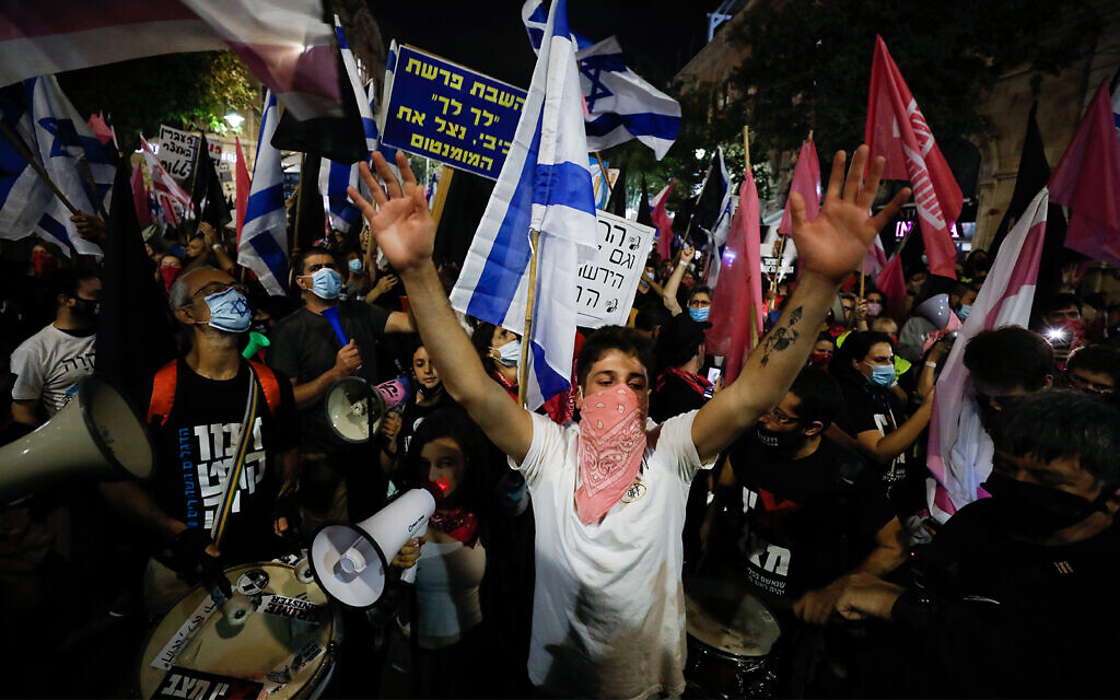 Israelis protest against Prime Minister Benjamin Netanyahu in Jerusalem, October 31, 2020. (Olivier Fitoussi/Flash90)