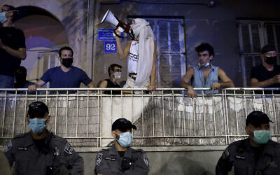 Protesters rally against Prime Minister Benjamin Netanyahu in Tel Aviv, October 6, 2020. (Gili Yaari /Flash90)