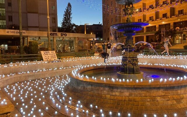 A memorial of 2,000 candles in Jerusalem's Paris Square for the Israeli lives lost to the coronavirus pandemic, on October 12, 2020 (Darkeinu)