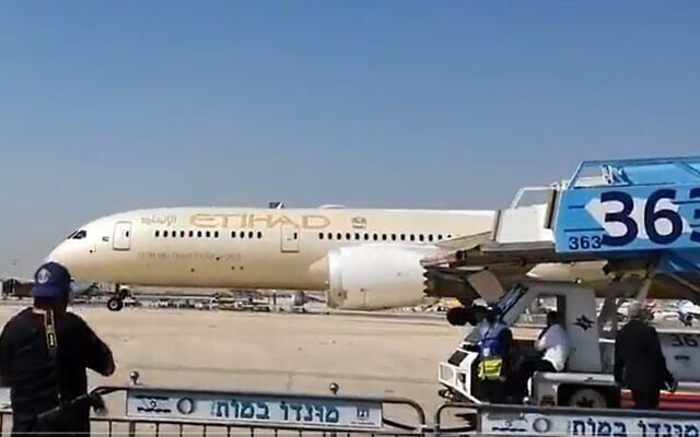Etihad Airways flight lands at Ben Gurion carrying first official senior delegation from the UAE, October 20, 2020 (Screen grab/Twitter)