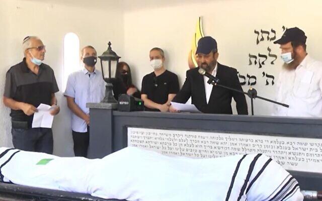 Former prime minister Ehud Barak (2nd right) eulogizes Eitan Haber, Tel Aviv, October 13, 2020 (Screen grab/Ynet)