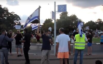 Kikar Meged, a traffic circle in Pardes Hanna, where an alleged attack against anti-Netanyahu protesters took place. (Screenshot: YouTube)