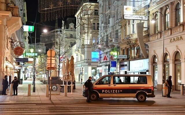 Armed policemen stand guard in a shopping street in the center of Vienna on November 2, 2020, following a shooting. (JOE KLAMAR / AFP)