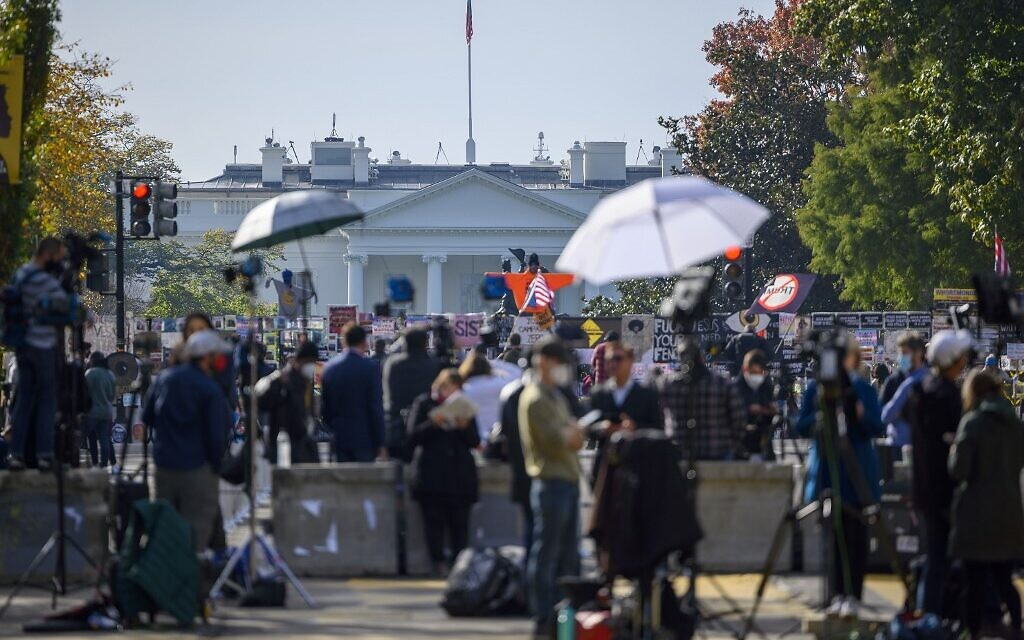 Journalists from all over the world wait for the result of the US Presidential elections on Black Lives Matter Plaza in front of the White House on November 6, 2020 in Washington (Eric BARADAT / AFP)